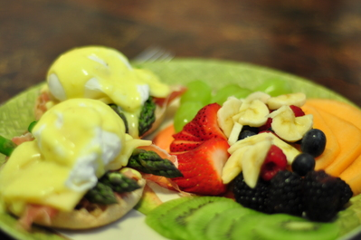 Eggs Benedict with fruit